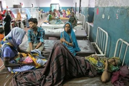 Pacientes esperando en el hospital Maharaja Yashwantrao de Indore (India)